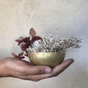 Bol doré avec fleurs séchées