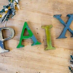 Mot Paix Vintage – Lettres en métal recyclé
